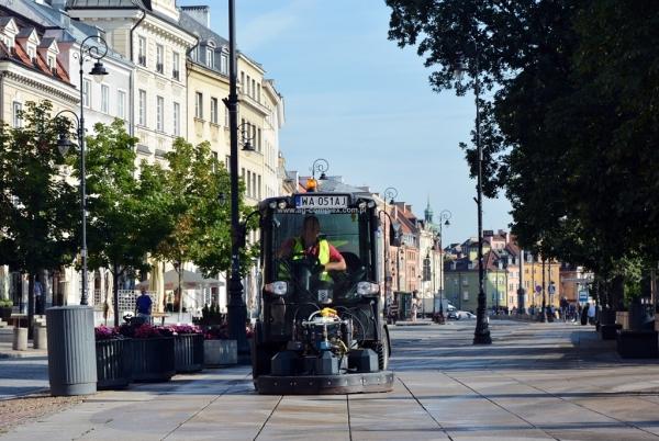 Szorowarka czyści chodniki Krakowskiego Przedmieścia
