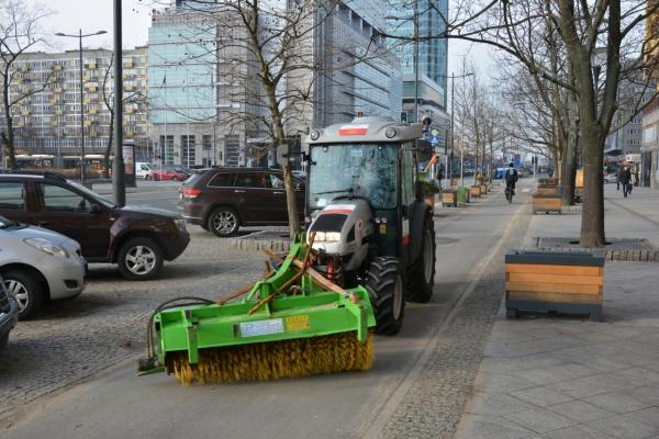 Ciągnik mechanicznie zamiata ścieżkę rowerową na ul. Świętokrzyskiej
