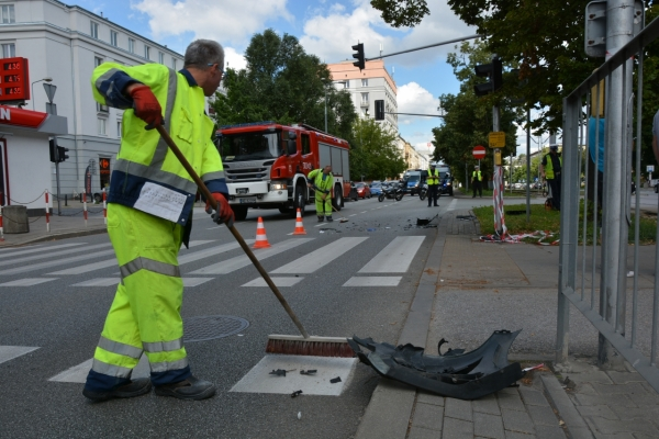 Po kolizji pracownik Pogotowia Porządkowego ZOM usuwa fragmenty karoserii