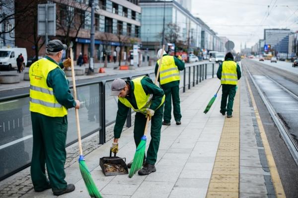 Ekipa porządkowa zamiata przystanek tramwajowy