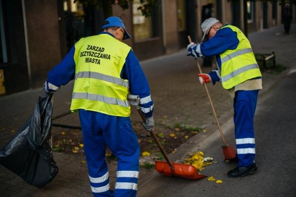 Pracownicy ZOM zamiatają z liści ścieżkę rowerową