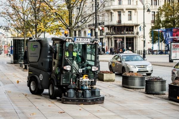 Szorowarka czyści jesienią chodniki Krakowskiego Przedmieścia