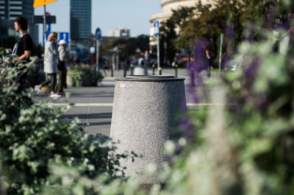 Betonowy kosz na śmieci stojący na chodniku