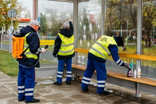 Pracownicy ZOM myją wiatę przystankową
