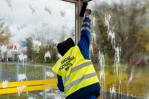 Pracownik ZOM myje szyby wiaty