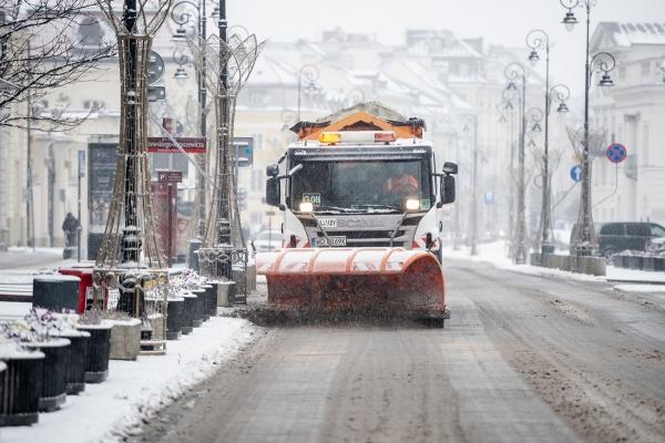 Pługoposypywarka zgarnia śnieg z jezdni